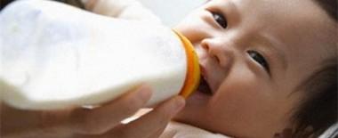 10 lý do tại sao giúp bé hay ăn và bú bình